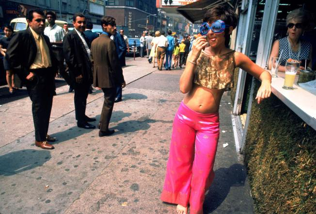new-york-1969-hanging-out